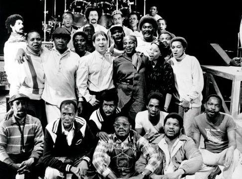 Paul Simon , con los músicos surafricanos que grabaron Graceland hace 25 años.