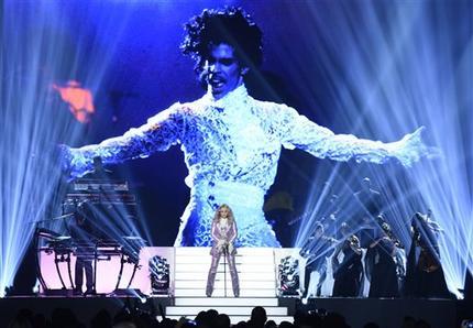 Madonna cierra la ceremonia de los Premios Billboard de la Música con un número musical en honor a Prince, el domingo 22 de mayo del 2016 en Las Vegas. (Foto por Chris Pizzello/Invision/AP)