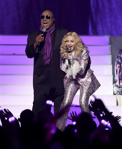 Stevie Wonder y Madonna cierran la ceremonia de los Premios Billboard de la Música con un número musical en honor a Prince, el domingo 22 de mayo del 2016 en Las Vegas. (Foto por Chris Pizzello/Invision/AP)