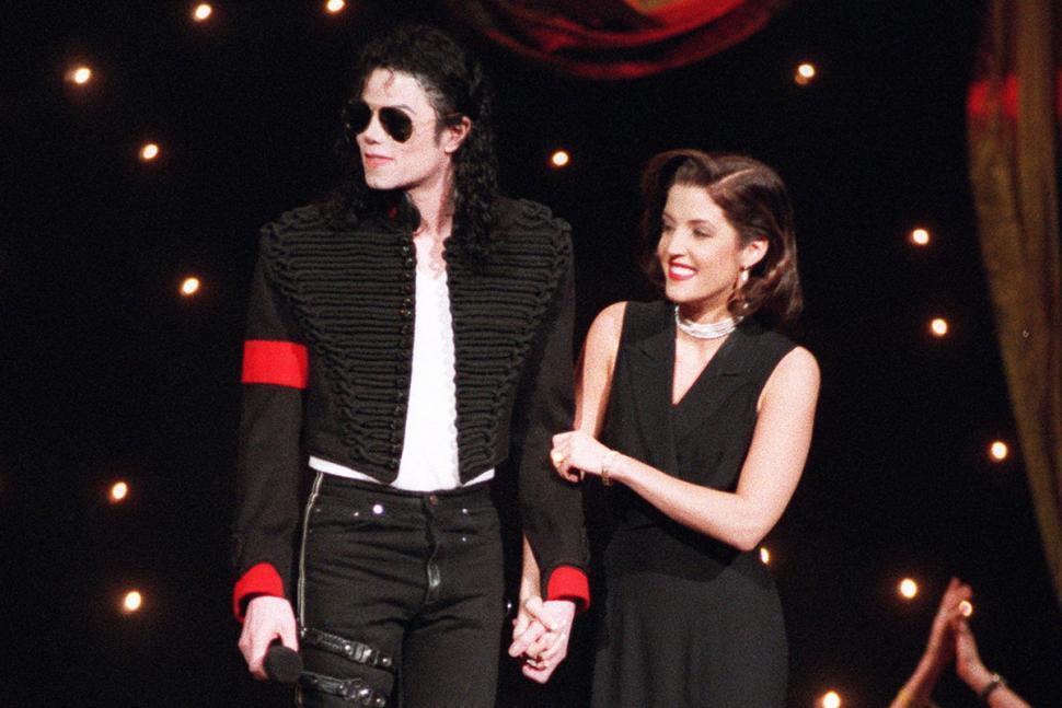 MICHAEL JACKSON Y LA PANTOMIMA DE UN BESO EN LA MTV CON LISA MARIE PRESLEY